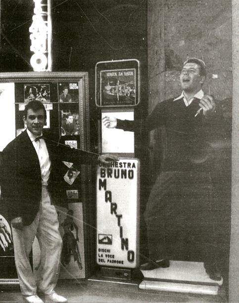 Clem Sacco accanto alla locandina di Bruno martino
